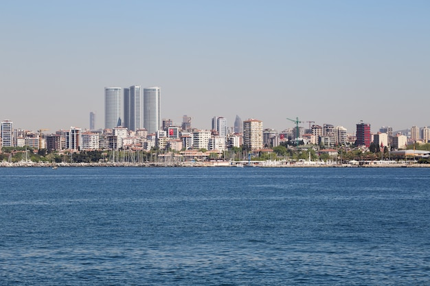 Istanbul embankment met zakencentra