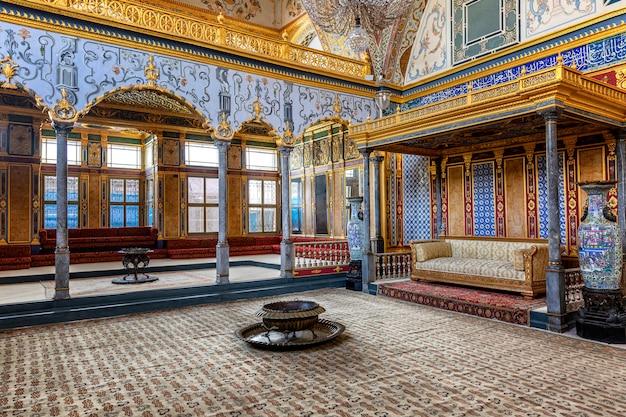Istanbul, turkije, 05.22.2019: sofa in topkapi