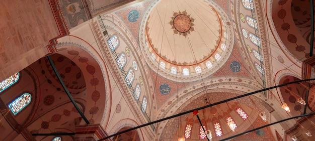 Istanbul turkije - 17.12.2020: interieur van de beyazit-moskee in istanbul. ramadan en iftar achtergrondfoto. moskeeën van istanbul. ottomaanse architectuur. ramadan en kandil achtergrond.