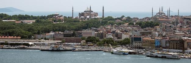 Istanbul, turkije - 24 mei: uitzicht op gebouwen langs de bosporus in istanbul, turkije op 24 mei 2018