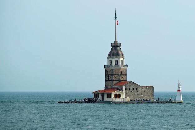 Istanbul, turkije - 24 mei: uitzicht op maiden's tower in de bosporus in istanbul, turkije op 24 mei 2018. niet-geïdentificeerde mensen