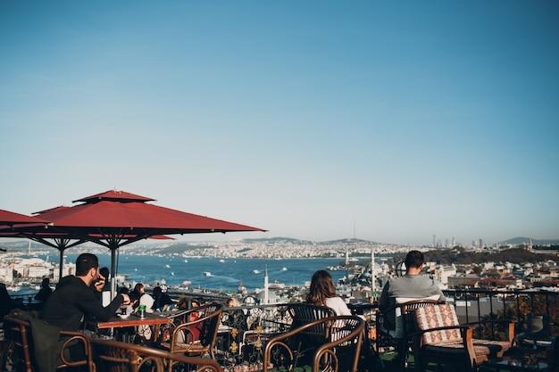 Istanbul, turkije. het uitzicht op de bosporus vanuit het café op de heuvel in de buurt van de suleymaniye camii-moskee.