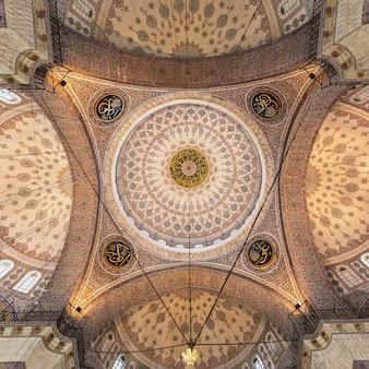 Istanbul, turkije - september 06, 2014: het interieur van de nieuwe moskee (yeni cami) noemde oorspronkelijk de valide sultan-moskee op 06 september 2014 in istanbul, turkije.