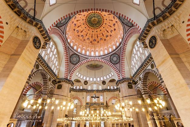 Istanbul, turkije - september 08, 2014: het interieur van de suleymaniye-moskee op 8 september 2014 in istanboel, turkije.