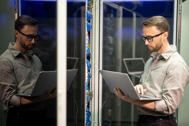 It-ingenieur die netwerkondersteuning biedt