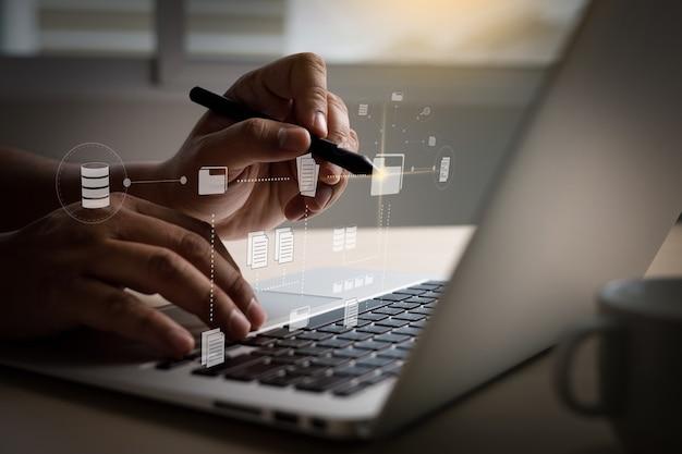 It werkt aan computer bedrijfsprocessen document management systeem dms voortgangsplanning en grafiek