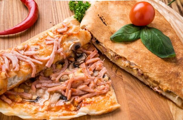 Italiaans calzone mooi en smakelijk voedsel op een plaat