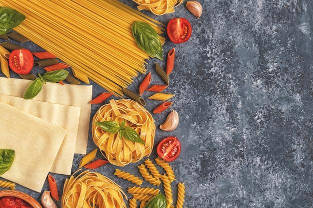 Italiaans eten achtergrond met pasta, kruiden en groenten