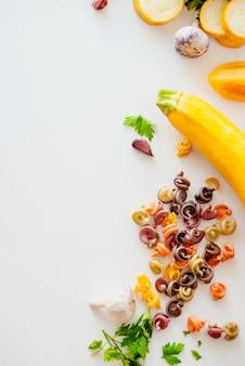Italiaans eten concept. ingrediënten voor pasta. natuurlijke kleurstoffen voor pasta, tomaat, spinazie, wortels