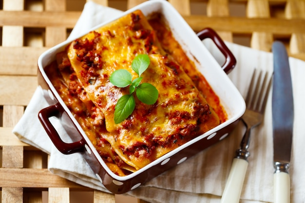 Italiaans eten. lasagna plaat met verse basilicum.