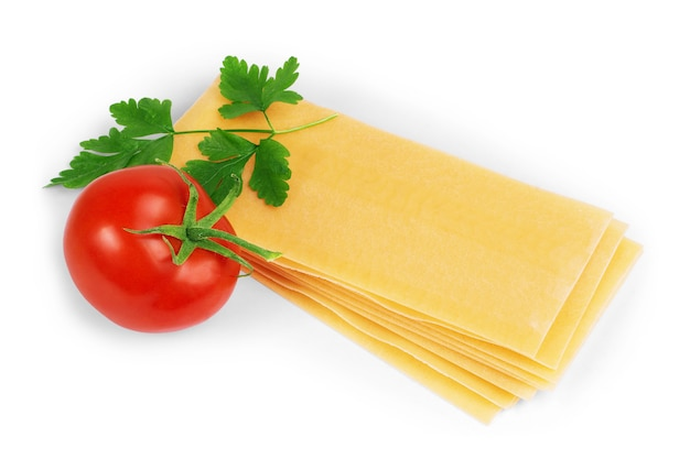 Italiaans eten warme smakelijke lasagne plaat geserveerd met vers basilicumblad close-up weergave