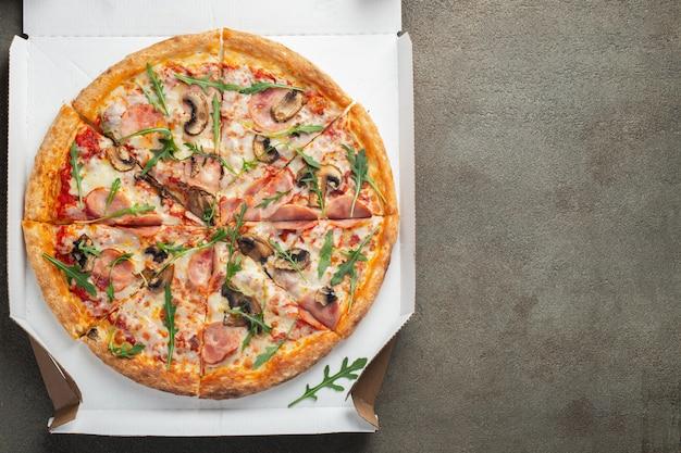 Italiaans fastfood. heerlijke hete pizza in een doos