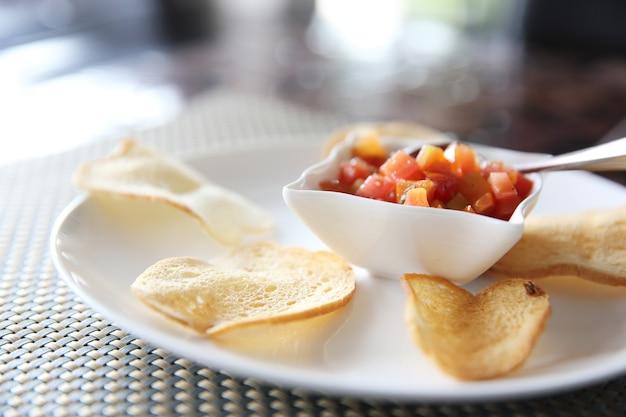 Italiaans hapjes eten, bruschetta plakjes geroosterd stokbrood gegarneerd met basilicum en tomaat?