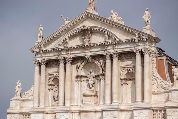 Italiaans kerkarchitectuurdetail tijdens een bewolkte dag