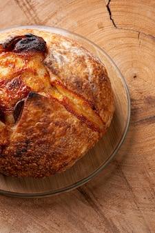 Italiaans natuurlijk gefermenteerd brood gevuld met provolonekaas en pepperoniworst. bovenaanzicht