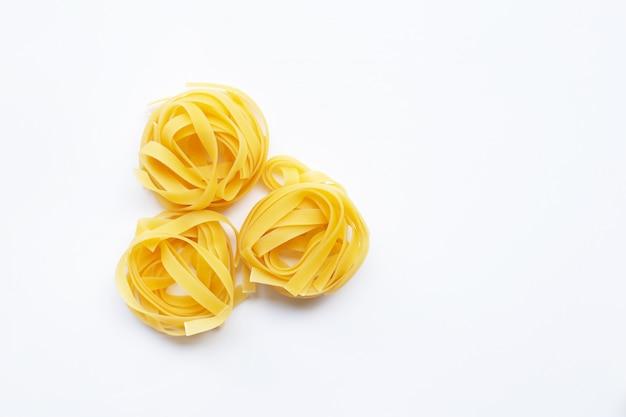 Italiaans pasta tagliatelle nest op wit