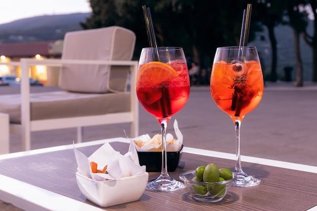 Italiaans verfrissend aperitief met hapjes op een zomerse avond.