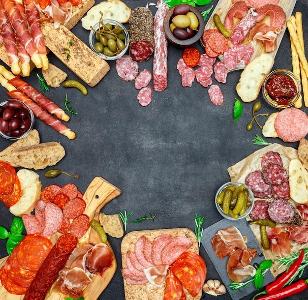 Italiaans vlees voorgerecht snack set. salami, ham, brood, olijven, kappertjes