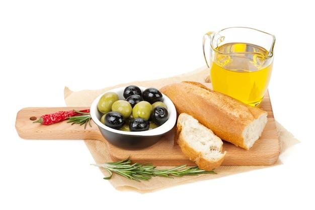 Italiaans voedselvoorgerecht van olijven, brood en kruiden. geïsoleerd op witte achtergrond
