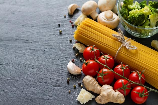 Italiaanse achtergrond met pasta en tomaten