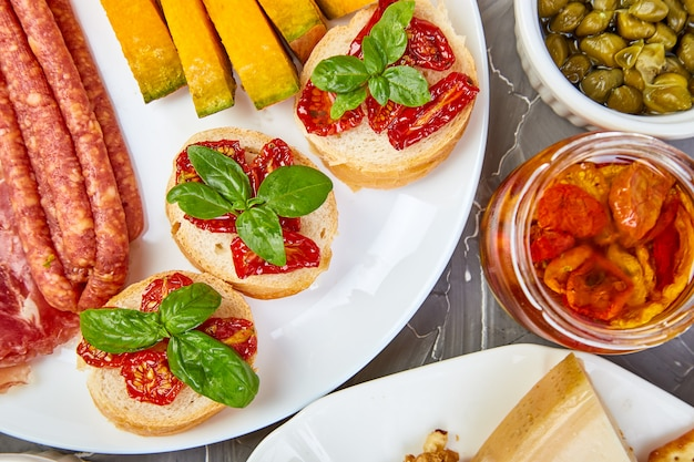 Italiaanse antipasti wijn snacks set. antipasto cateringschotel
