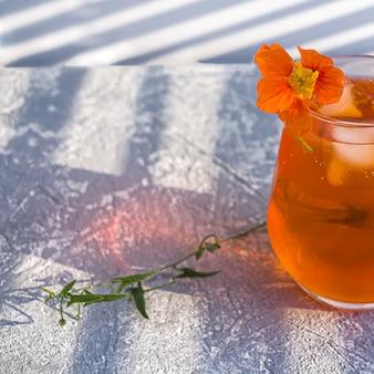 Italiaanse aperol spritz alcoholcocktail met ijsblokjes en bloem