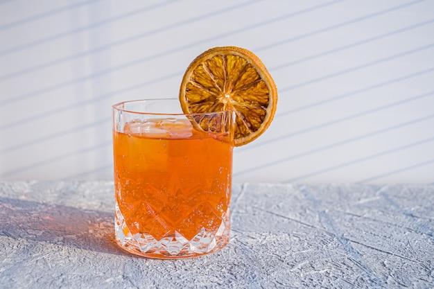 Italiaanse aperol spritz alcoholcocktail met ijsblokjes