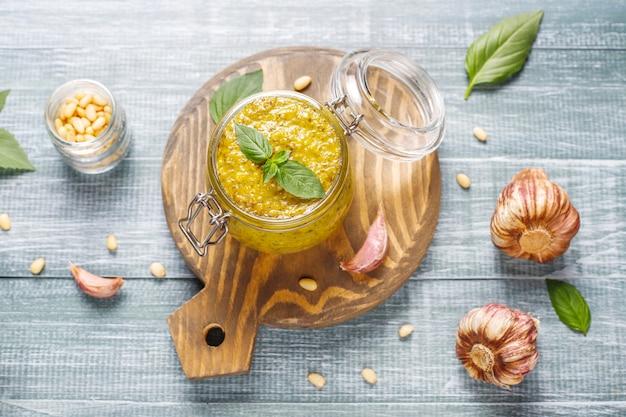Italiaanse basilicumpesto saus met culinaire ingrediënten om te koken.