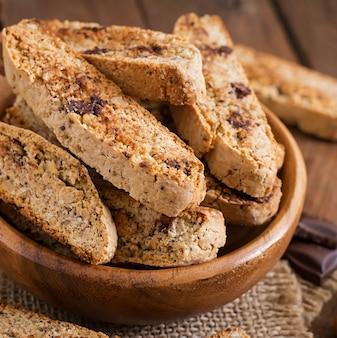 Italiaanse biscottikoekjes met noten en chocoladeschilfers