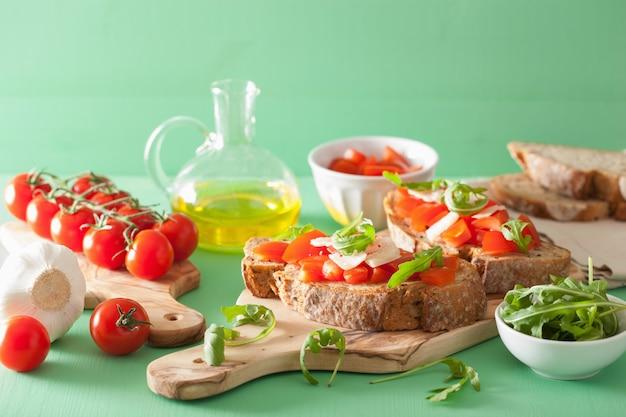 Italiaanse bruschetta met rucola van tomatenparmezaanse kaas