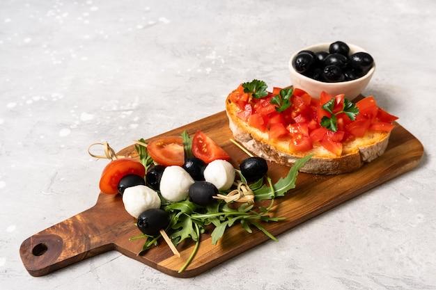 Italiaanse bruschetta met tomaten en olijven
