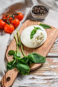 Italiaanse burrata-buffelkaas met basilicumblaadjes