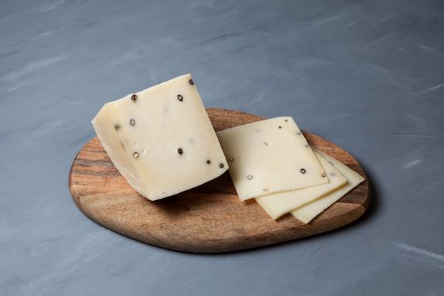 Italiaanse caciotta kaas met zwarte peper.