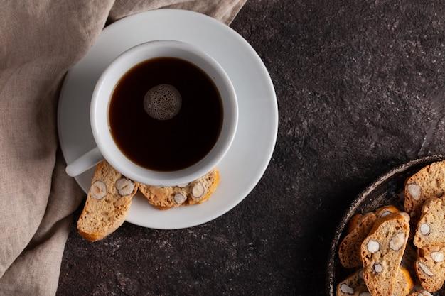 Italiaanse cantuccinikoekjes op concrete lijst met koffiekop