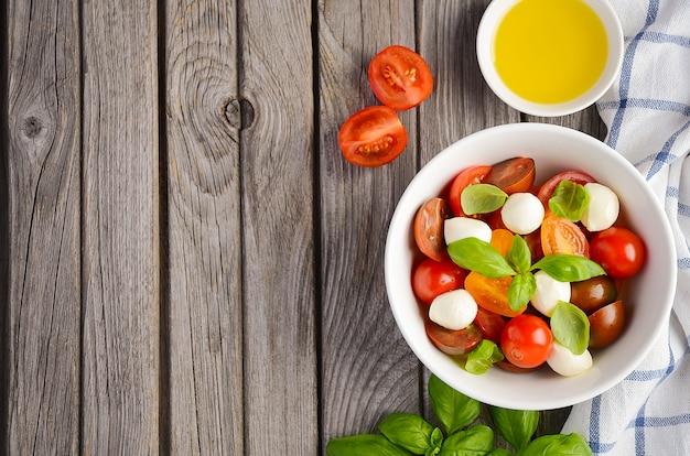 Italiaanse caprese salade met cherrytomaten, kleine mozzarella en verse basilicum
