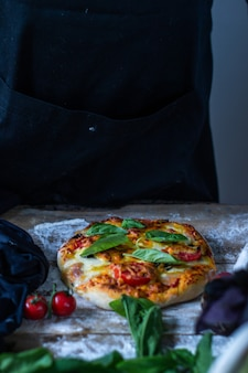 Italiaanse chef-kok pizza koken man handen pizza deeg koken voor pizza