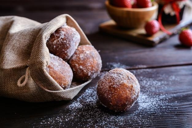 Italiaanse donuts gevuld met aardbeienjam