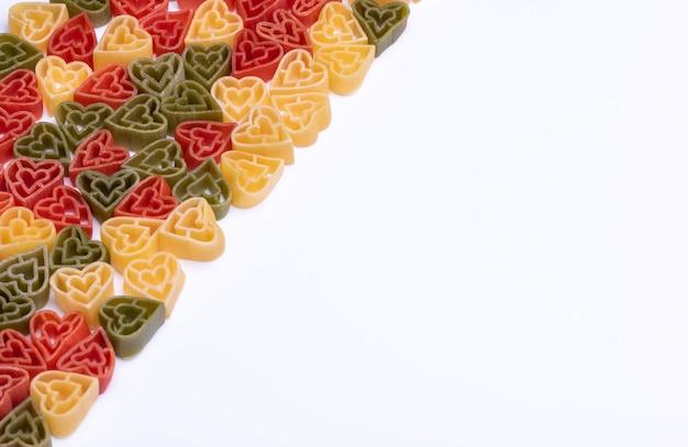 Italiaanse driekleurige, hartvormige deegwaren op wit