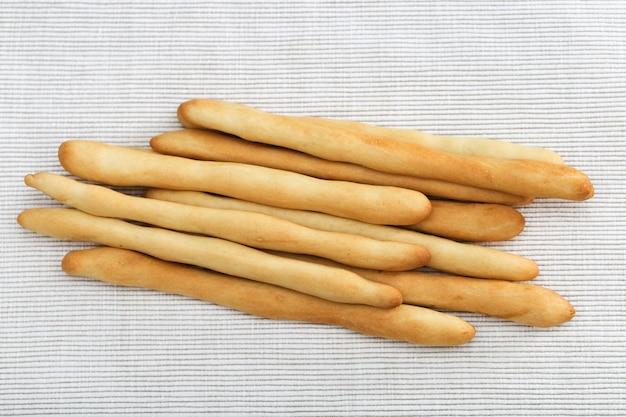 Italiaanse droge broodgrissini eigengemaakt op doekachtergrond.
