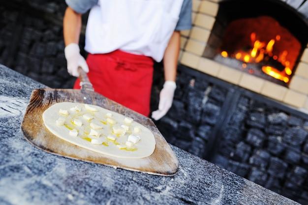 Italiaanse focaccia met olijfolie en kaas in de oven