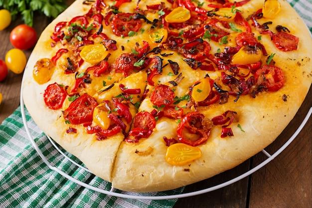Italiaanse focaccia met tomaten, paprika en uien.