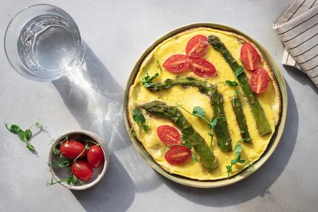 Italiaanse frittata met asperge tomaten en microgreens gezond ontbijt hard licht