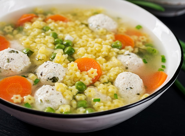 Italiaanse gehaktballensoep en glutenvrije deegwaren stelline in kom op zwarte lijst.
