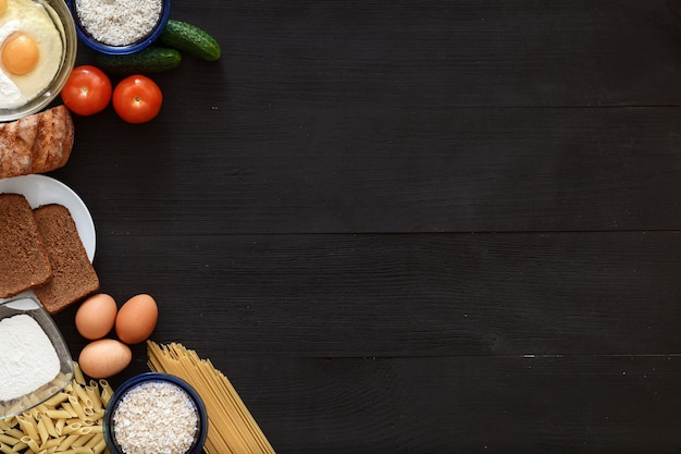 Italiaanse gezonde voeding tafel, spaghetti groenten op zwarte houten bureau, bovenaanzicht