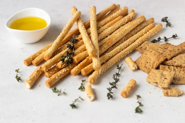 Italiaanse grissini of gezouten broodstengels. verse italiaanse snack.