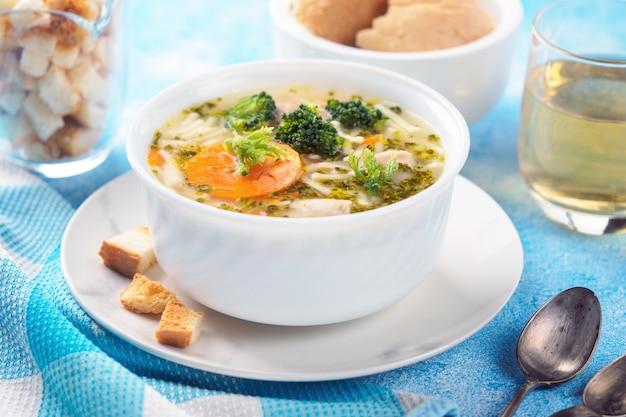 Italiaanse groentesoep met broccoli, wortels en noedels in kippenbouillon