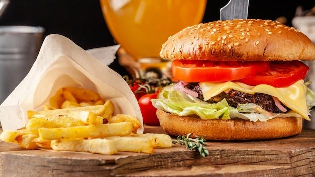 Italiaanse hamburger met frietjes.