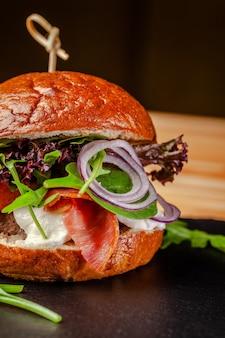 Italiaanse hamburger met vlees kotelet.