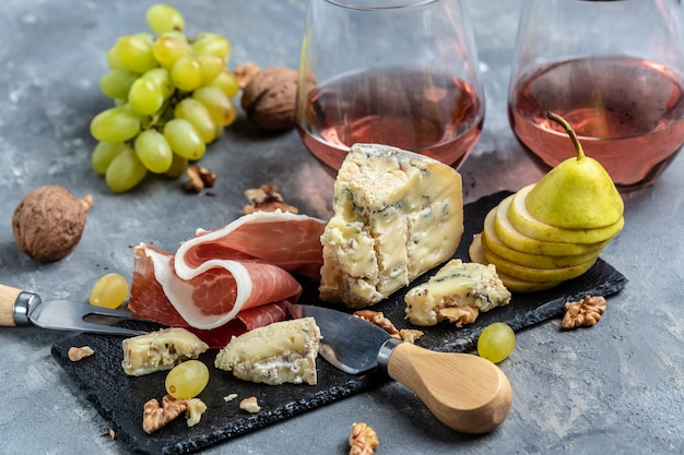 Italiaanse hapjes of antipasto set met gemengde delicatessen van kaas, vlees en fruitsnacks voor wijn.
