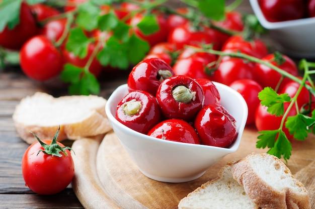Italiaanse hete gevulde paprika met kappertjes en tonijn
